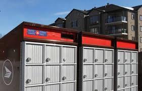 Rangée de casiers postaux.