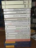Les ouvrages de Julian Barnes, grand format et format de poche, empilés.